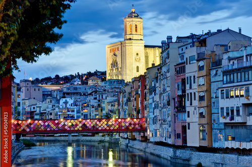 Papiers peints Barcelona Girona by night with cathedral and decorated bridge