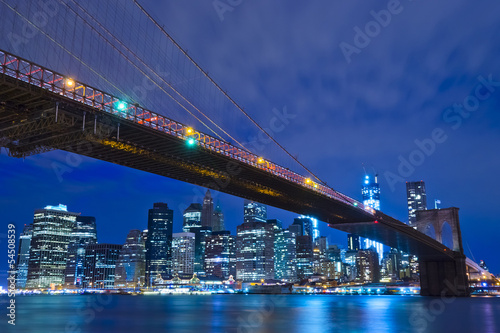 Photo Stands New York Brooklyn Bridge at night in New York City Manhattan, USA