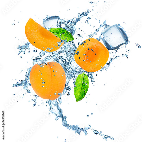 Poster Dans la glace Apricot in water splash