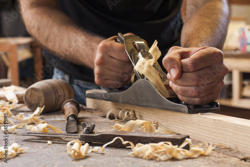 Fotografía carpenter working  with  plane  on wooden background