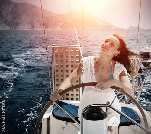 Fotografía  Woman behind the wheel yacht