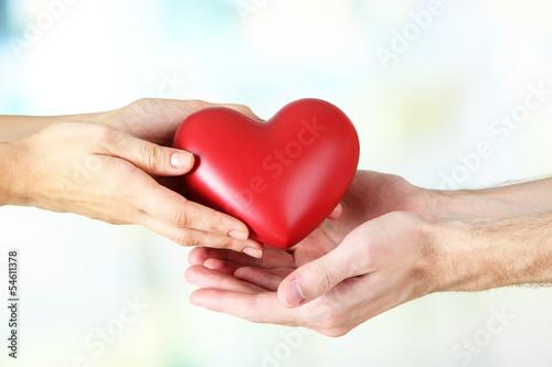 serce-w-rekach-na-lekkim-tle