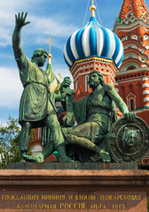 Fototapeta na wymiar Monument to Minin and Pozharsky in front of the Saint Basil
