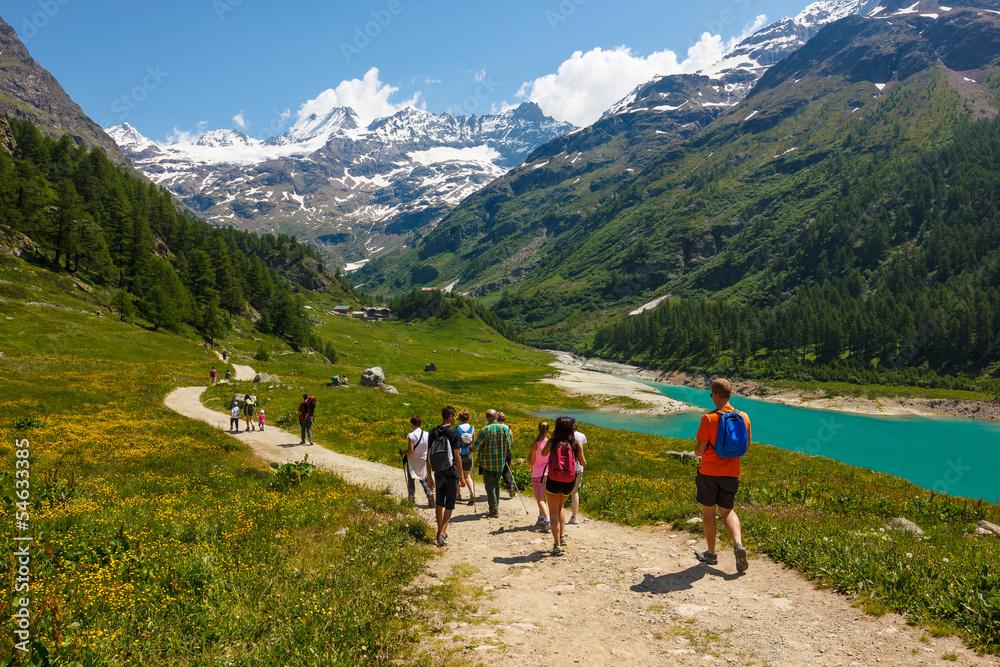 Fototapety, obrazy: Passeggiata in montagna tra amici