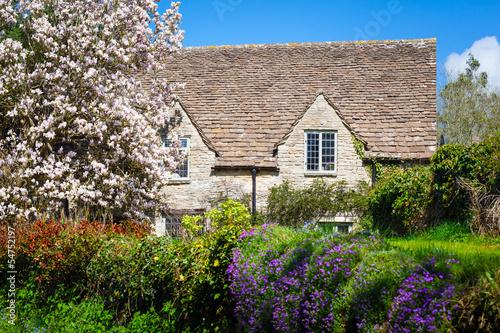 Photo  Quaint English Country Cottage
