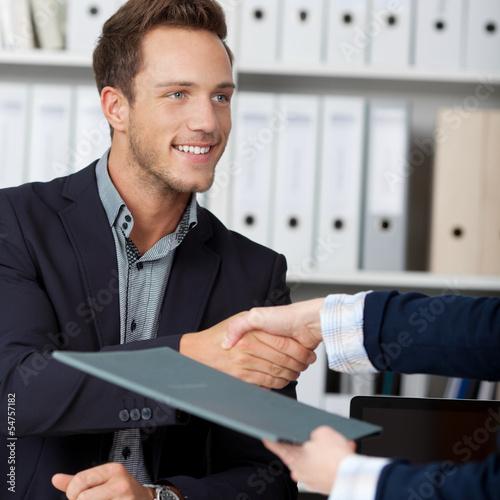 Obraz handschlag nach dem bewerbungsgespräch - fototapety do salonu