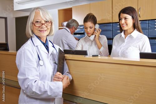Fotografía  Arzt und Rezeptionist im Krankenhaus