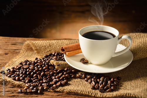 Spoed Foto op Canvas koffiebar Coffee cup and coffee beans on old wooden background
