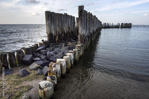 starzy-drewniani-stosy-w-morzu-baltyckim