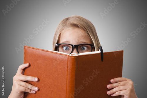 Fotografía  niña leyendo