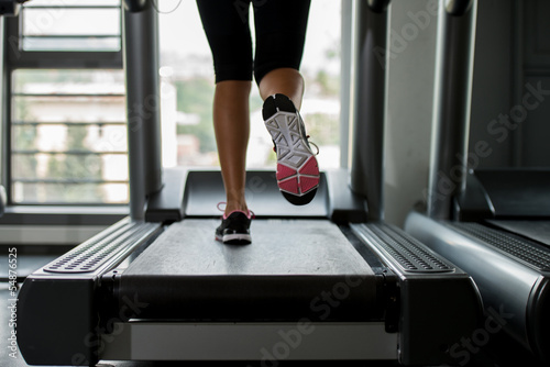 girl running on treadmill Fototapeta