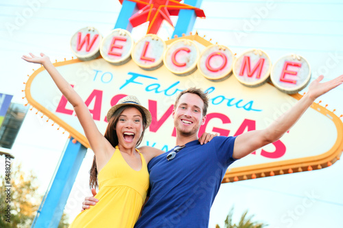 Deurstickers Las Vegas Las vegas people - couple happy cheering by sign