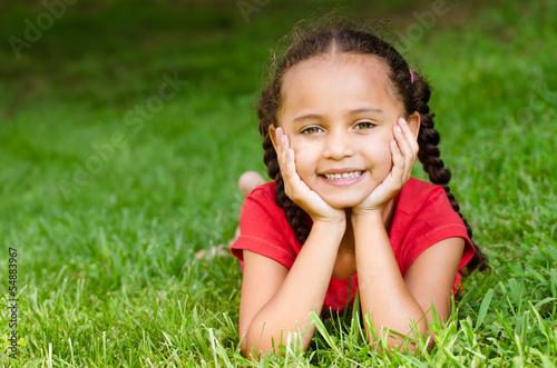 Foto  Sommerporträt des hübschen Mischrennenmädchens draußen