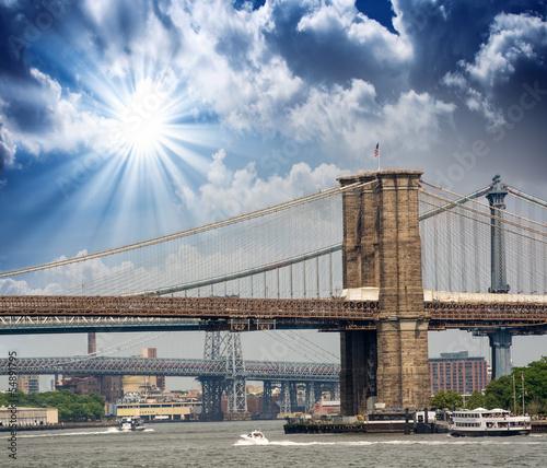 nowy-jork-brookyn-most-i-manhattan-linia-horyzontu-przy-lato-zmierzchem