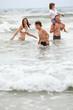 glückliche familie spaß am strand im urlaub