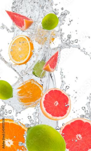 swieze-pomarancze-limonki-i-grejpfruty-w-plusku-wody