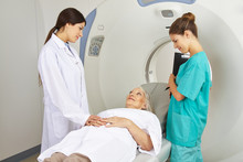 Ärztin Und MTA Mit Patientin Am MRT