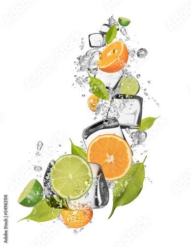 lodowe-pomarancze-i-limonki-na-bialym-tle