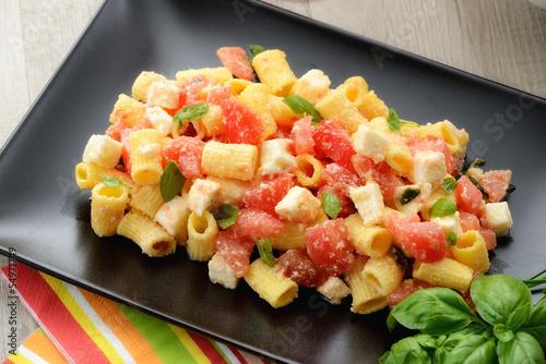 Piatto di pasta fredda con mozzarella, pomodori e basilico Canvas Print