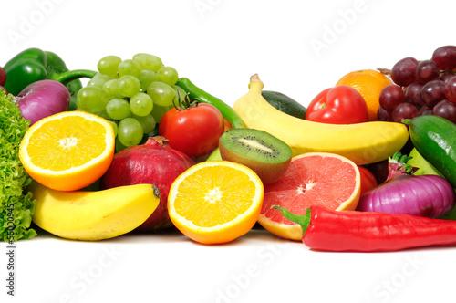 swieze-owoce-i-warzywa-na-bialym-tle