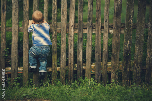 Fotomural  little funny boy with fence