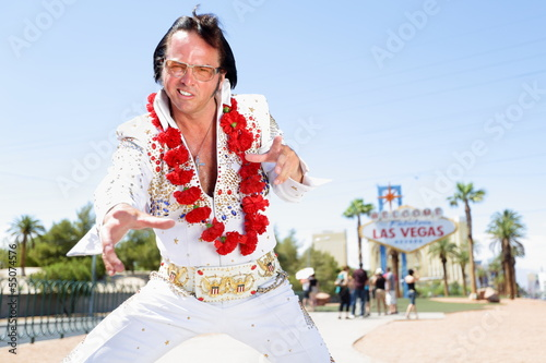 Fotobehang Las Vegas Elvis impersonator dancing by Las Vegas sign