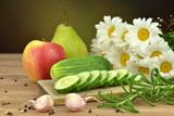 Fototapeta Kwiaty - Krojony ogórek na desce