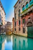 Pejzaż Wenecja, kanał wodny, most i budynki. Włochy - 55158921
