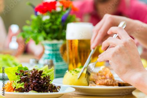 Fotografia Leute in Bayerischer Tracht essen in Wirtschaft