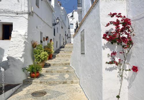 kamienice-wzdluz-typowej-pobielonej-ulicy-miasteczka