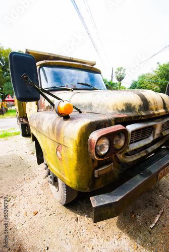 Deurstickers Cubaanse oldtimers old yellow truck
