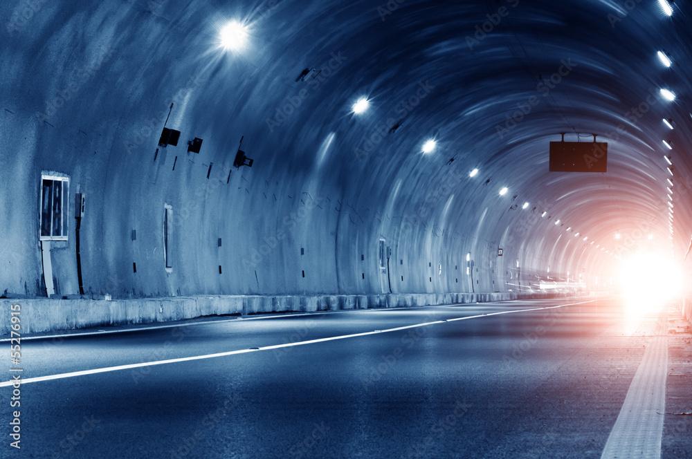 Streszczenie samochód w trajektorii tunelu
