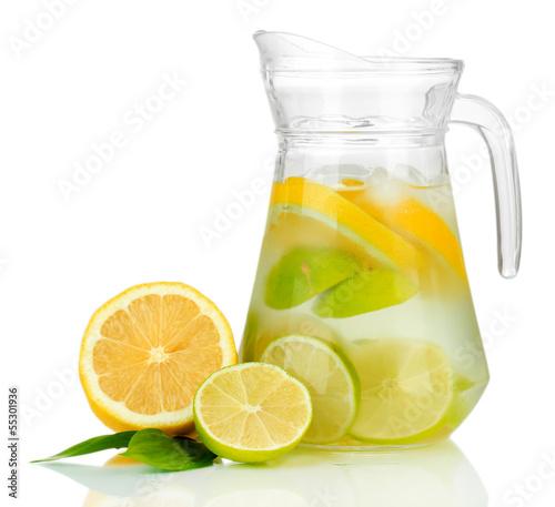 zimna-woda-z-limonka-cytryna-i-lodem-w-dzbanku-na-bialym-tle