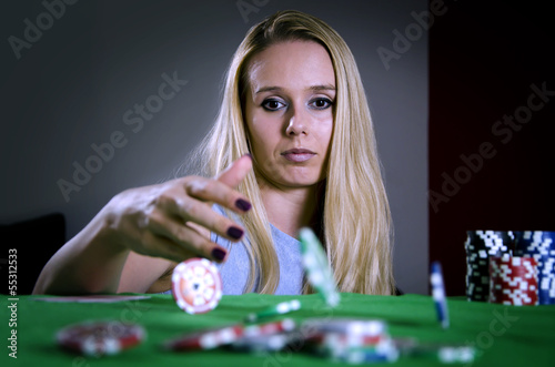 Fotografia woman throwing poker chips on the table