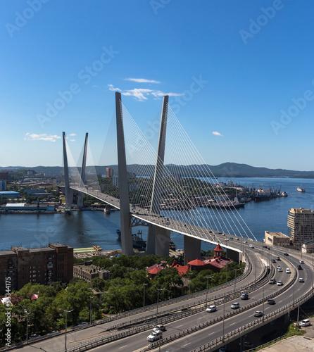 wladywostok-most-nad-zlotym-rogiem-widok-na-most-na-tle-niebieskiego-nieba