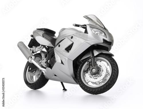 bialy-sportowy-motocykl-na-bialym-tle