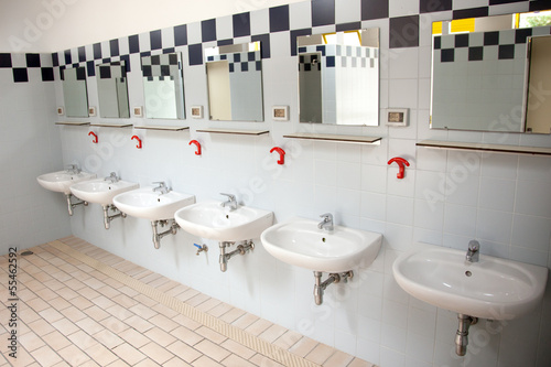 Fotografia  row of washbasins in building of camping in italy