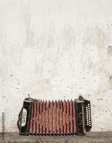 Fotografía  wall and accordion on the bench