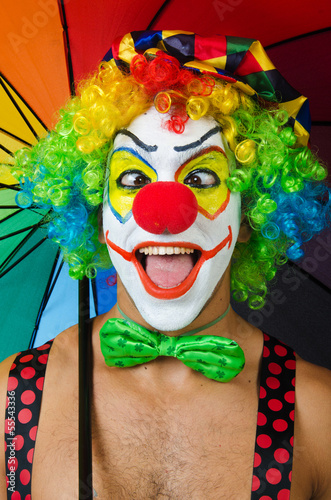 klaun-z-parasolem-na-bialym-tle