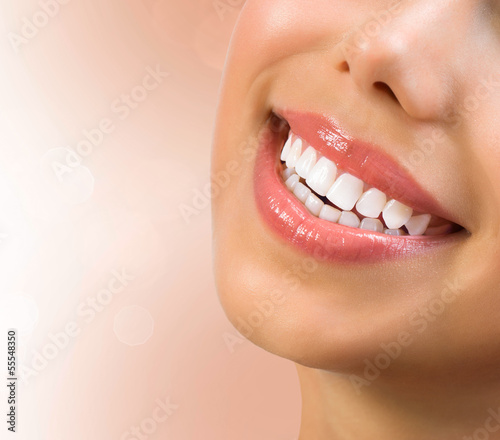 zdrowy-usmiech-wybielanie-zebow-pojecie-opieki-stomatologicznej