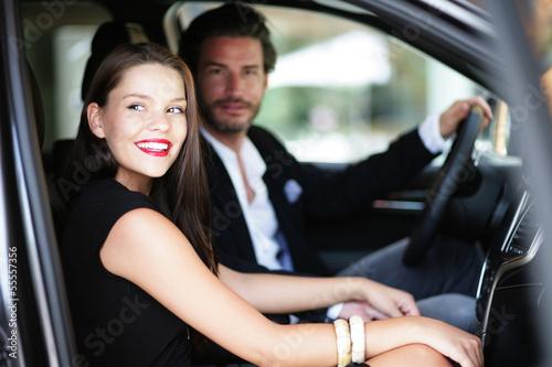 Fotografia, Obraz  Verliebtes Paar im Auto