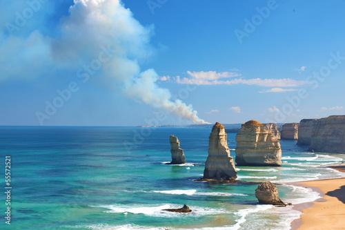 Fotografia  The Twelve Apostles, Australia, and a bushfire