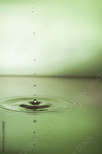 Poster Nature Wassertropfen mit grünem Hintergrund