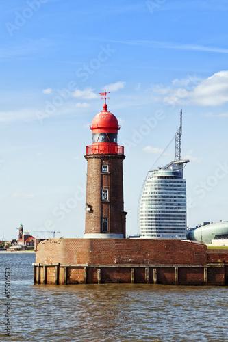 Foto auf AluDibond Stadt am Wasser Bremerhaven, alter Leuchtturm und modernes Gebäude