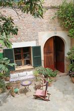 Mallorca: Mediterrane Und Pittoreske Gestaltung Eines Gartens Und Hinterhofs