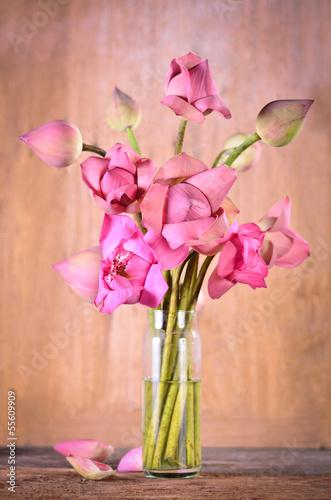 martwa-natura-rozowe-kwiaty-lotosu-w-wazonie