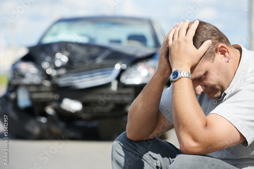 Fotografia  upset man after car crash