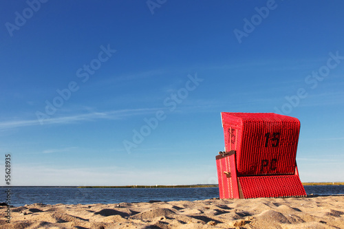 Roter Strandkorb am Meer