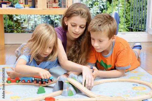 Fotografía Babysitter spielt mit Kindern