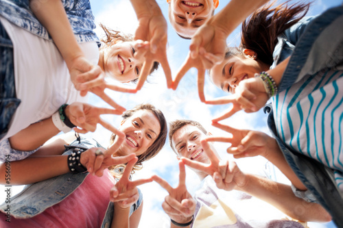 Fototapeta group of teenagers showing finger five obraz